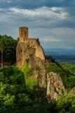 Fördärvar av den medeltida slotten Girsberg på överkanten av stenen vaggar Royaltyfri Foto