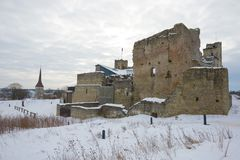 Fördärvar av den medeltida slotten av Livonian det ridderliga utmärkelseslutet upp i den molniga marseftermiddagen Rakvere Estlan Royaltyfria Foton