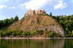 Fördärvar av den medeltida slotten Zamek Czorsztyn, Polen royaltyfri foto