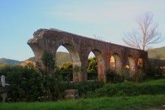 Fördärvar av den Medici akvedukten på Asciano royaltyfri fotografi