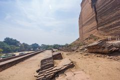 Fördärvar av den Mingun pagoden - Pahtodawgyi royaltyfri bild