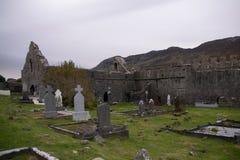 Fördärvar av den Murrisk abbotskloster, ståndsmässiga Mayo, Irland Royaltyfri Fotografi