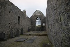 Fördärvar av den Murrisk abbotskloster, ståndsmässiga Mayo, Irland Arkivbilder