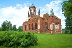 Fördärvar av den ortodoxa kyrkan av den Kazan symbolen av modern av guden i byn Andrianovo, den Leningrad regionen Arkivbild