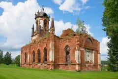 Fördärvar av den ortodoxa kyrkan av den Kazan symbolen av modern av guden i den Andrianovo byn Leningrad region Arkivfoton