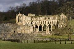 Fördärvar av den Revaux abbeyen - England Arkivbild