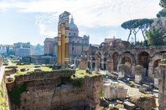 Fördärvar av den roman forumarvplatsen i rome Italien på ett soligt royaltyfri bild