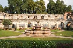 Fördärvar av den Santa Clara kloster på Antigua Arkivfoto