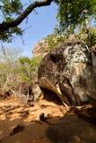 Fördärvar av den Sigiriya lion'sens fästning och slott för rock royaltyfria bilder