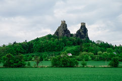 Fördärvar av den Trosky slotten i den bohemiska paradisregionen, tjeckiska Republ fotografering för bildbyråer