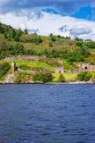 Fördärvar av den Urquhart slotten i fjorden Ness Scotland Arkivfoto