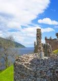 Fördärvar av den Urquhart slotten i Loch Ness i Skottland Fotografering för Bildbyråer