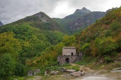 Fördärvar av den Vahanavank kloster nära by av Kapan fotografering för bildbyråer