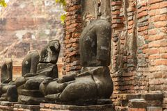 Fördärvar av den Wat Mahathat templet och halshögg Buddhastatyer ayutthaya thailand arkivbild