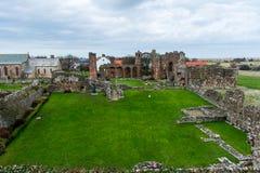Fördärvar av det abby på den heliga ön av Lindisfarne Arkivfoto