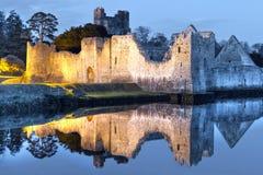 Fördärvar av det Adare slottet på floden Royaltyfri Bild