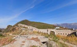 Fördärvar av det Mogren fortet (1860) nära Budva Arkivbilder
