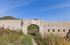 Fördärvar av det Mogren fortet (1860) nära Budva Arkivfoto