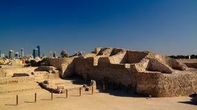 Fördärvar av det Qalat fortet och Manama, Bahrain royaltyfria foton