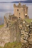 Fördärvar av det Urquhart slottet på Loch Ness i Skottland Arkivbilder