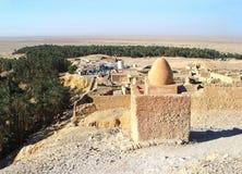 Fördärvar av en Berberby nära bergoasen av Shebika Arkivfoton