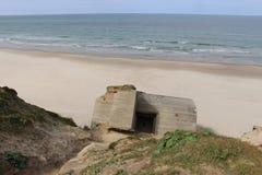 Fördärvar av en bunker i Danmark, på stranden mellan Lokken och Lonstrup Royaltyfri Fotografi