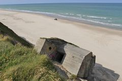 Fördärvar av en bunker i Danmark, på stranden mellan Lokken och Lonstrup Arkivbilder