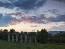 Fördärvar av en forntida roman akvedukt på solnedgången Royaltyfri Fotografi