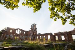 Fördärvar av en forntida slott Tereshchenko i Deneshi, Ukraina Slott av det 19th århundradet Arkivfoto