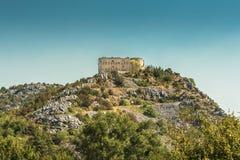 Fördärvar av en gammal fästning på ett berg, Montenegro Royaltyfri Bild