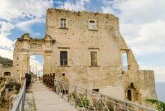 Fördärvar av en gammal slott i söder av Italien Royaltyfri Fotografi