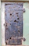 Fördärvar av en järndörr på batteriet Mendell, fortet Barry, Marin Headlands, Kalifornien, USA royaltyfri bild