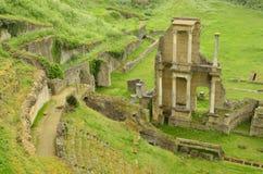 Fördärvar av en romersk teater i staden av Volterra, Italien arkivfoto