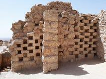 Fördärvar av ett columbariumtorn på den forntida Masadaen, det sydliga området, Israel arkivfoto