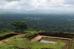 Fördärvar av fästning överst av Sigiriya Lion Rock Royaltyfria Foton