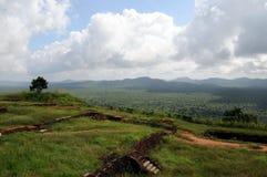 Fördärvar av fästning överst av Sigiriya Lion Rock Royaltyfri Fotografi