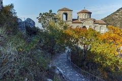 Fördärvar av fästning för Asen ` s och kyrka av den heliga modern av guden, Asenovgrad, Bulgarien Arkivbild