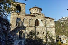 Fördärvar av fästning för Asen ` s och kyrka av den heliga modern av guden, Asenovgrad, Bulgarien Arkivfoton