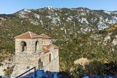 Fördärvar av fästning för Asen ` s och kyrka av den heliga modern av guden, Asenovgrad, Bulgarien Royaltyfri Bild