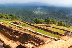 Fördärvar av fästningen och en sikt på överkanten av Sigiriya Lion Rock royaltyfri bild