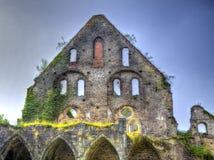 Fördärvar av fasaden av ett medeltida hus Arkivfoton