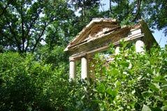 Fördärvar av forntida byggnad i skog Arkivbilder