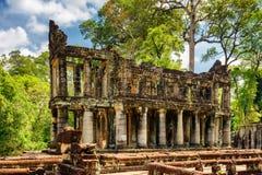 Fördärvar av forntida byggnad med kolonner i den Preah Khan templet Arkivfoto