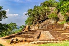 Fördärvar av forntida byggnader på överkanten av Sigiriya Lion Rock arkivfoto
