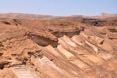 Fördärvar av forntida fästning av Massada på berget i deser Negev nära det döda havet i sydliga Israel royaltyfri foto