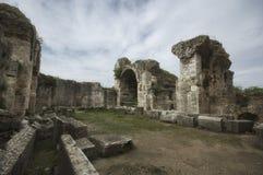 Fördärvar av forntida fausta badpöl, och lejonskulptur i Miletus den forntida staden, TurkeyView från sida av Miletus den forntid royaltyfria foton