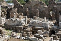 Fördärvar av forntida romersk amfiteater i sida Arkivfoto