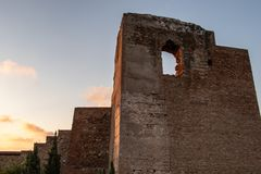 Fördärvar av forntida stenkonstruktion på solnedgången royaltyfri fotografi