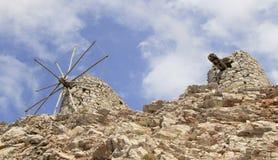 Fördärvar av forntida Venetian väderkvarnar som byggs i det 15th århundradet, den Lassithi platån, Kreta, Grekland Arkivbild