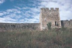 fördärvar av gammal övergiven slott i Slovakien - retro blick för tappning arkivfoto